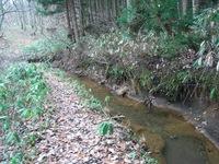 国有林との境を流れる農業用水路