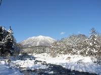事務所前の鳥居川から望む黒姫山