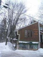 事務所の屋根は急傾斜で、雪が自然と落ちるようになっています。