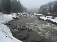 勢いよく流れる雪解け水