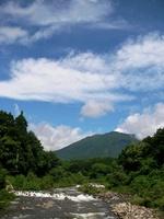 事務所前の鳥居川と黒姫山