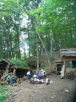 昼食は松木小屋の前でのんびり。スイカやキュウリ、トウモロコシほおばります。