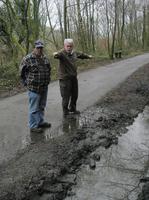 散策路沿いの水路補修を指示するリチャードさん