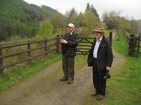 黒姫アファンと姉妹森締結で整備された「漢字の森」の前で野鳥観察をするデービッドさん(左)とクリスチャンさん
