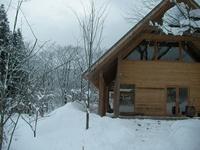 屋根から滑り落ちる雪は屋根の下にたまります。