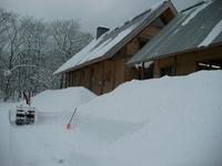 アファンセンターの屋根は急勾配なので、雪は自然に滑り落ちます。