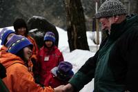 森では主のニコルが出迎え、全員握手を交わして入場(写真:管洋介)