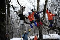 小雪の降る中、あっという間に森と人と仲良くなる初日が過ぎていきます(写真:管洋介)