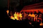 サウンドシェルターで焚き火を囲む。(撮影:管洋介)